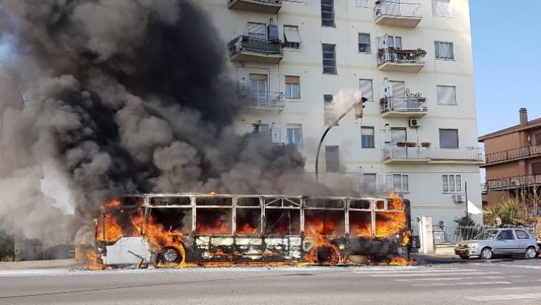 Ciampino. In fiamme un bus di linea in Viale Kennedy.