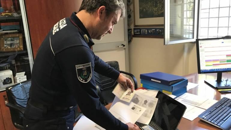 Ciampino. Immigrato pregiudicato trovato dalla Polizia Locale a vendere capi griffati con due diverse identità
