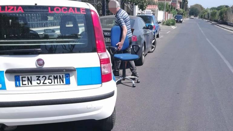 """Abbandona rifiuti ingombranti in strada: """"pizzicato"""" dalla Polizia Locale e multato"""
