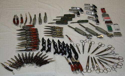 Sequestrati coltelli, strumenti di difesa/offesa e ingenti quantità di merce contraffatta al mercato settimanale