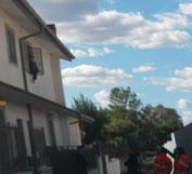 Uomo si barrica in casa e tenta il suicidio: Carabinieri e Polizia Locale lo mettono in salvo.