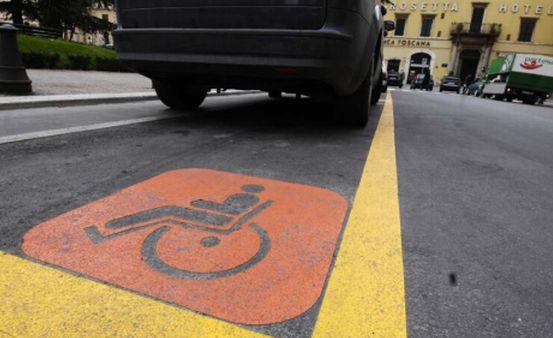 70% di posti invalidi occupati abusivamente nei supermercati e centri commerciali