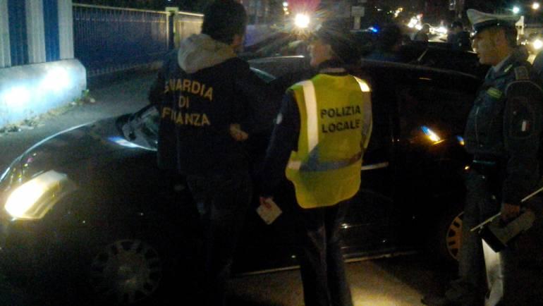 Controlli stradali notturni con unità cinofile ed agenti di Guardia di Finanza e Polizia Locale: ritirate 65 patenti, sequestrate 4 autovetture e diverse sostanze stupefacenti; multe per oltre 2.500 punti patente.