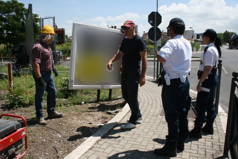 Cartellopoli: iniziata la bonifica di Via dei Laghi con la rimozione dei maxi cartelli abusivi