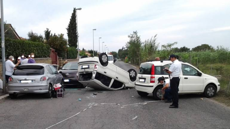 Incidente in Via Lucrezia Romana: si ribalta un auto