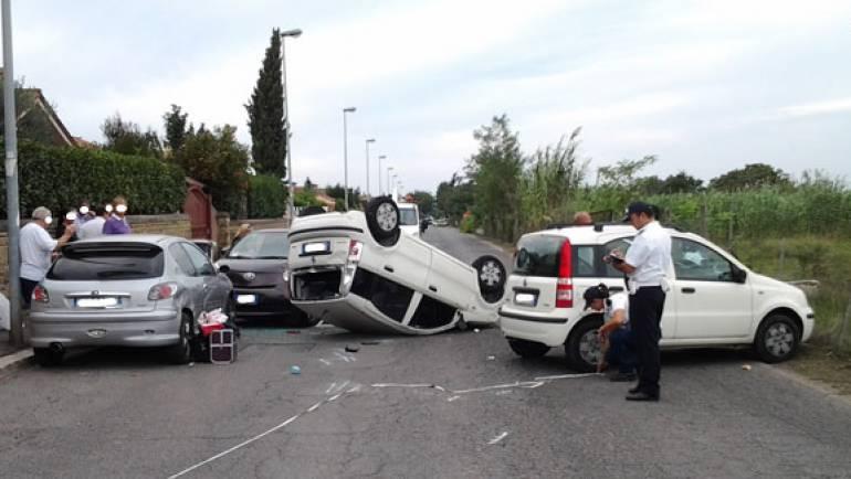Incidente in Via Lucrezia Romana: si ribalta un auto