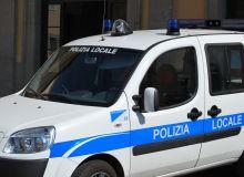 Suv senza assicurazione urta un auto in sosta e scappa. La Polizia Locale lo ferma e sequestra il mezzo.