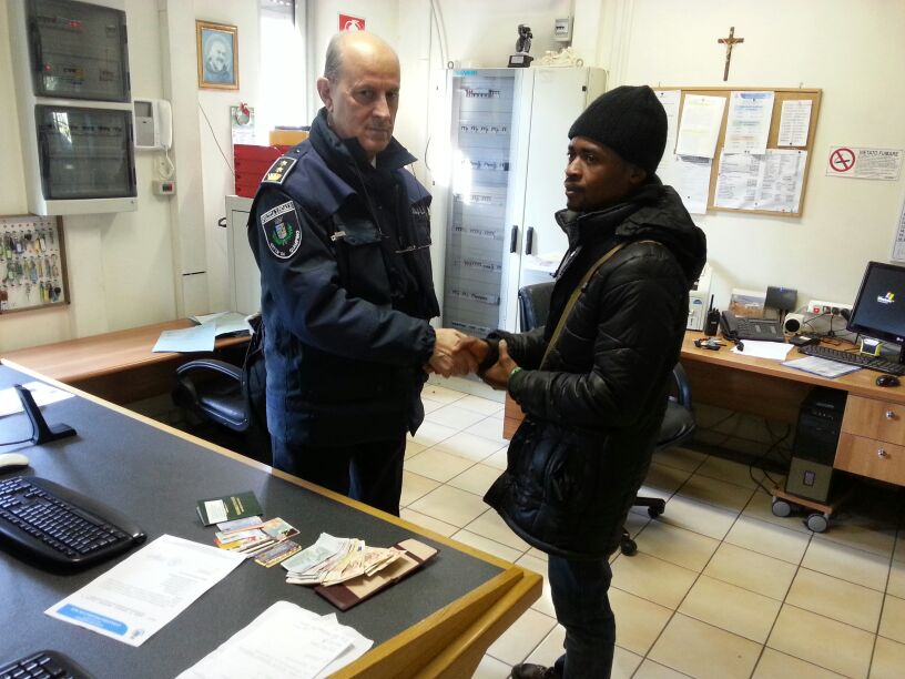 Ciampino: trova un portafogli con 1.370 euro e lo consegna alla Polizia Locale