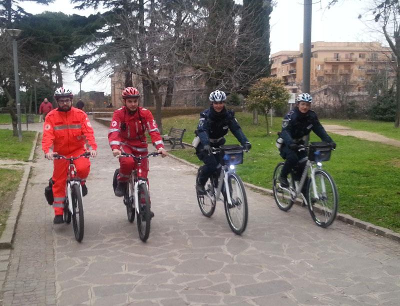 Ciampino, sicurezza e prevenzione: pattuglie di Polizia Locale e Croce Rossa in servizio congiunto in bicicletta