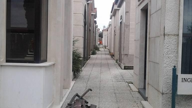 """Carabinieri e Polizia Locale arrestano in flagrante un componente della """"banda del rame funerario"""" al cimitero di Ciampino. In corso le ricerche degli altri componenti, già individuati."""