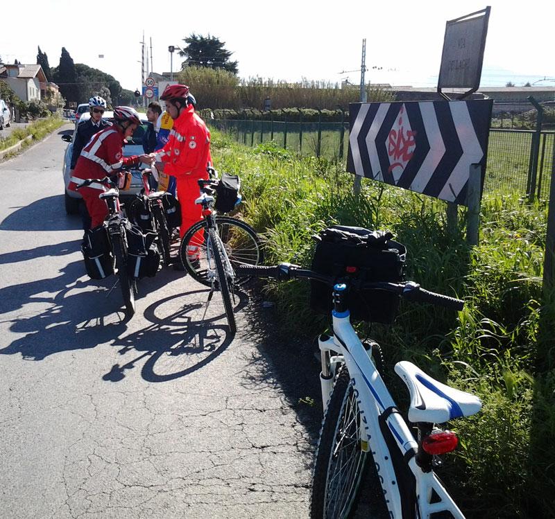 Polizia Locale e Croce Rossa in servizio bike soccorrono ciclista vittima di incidente in Via dei Laghi