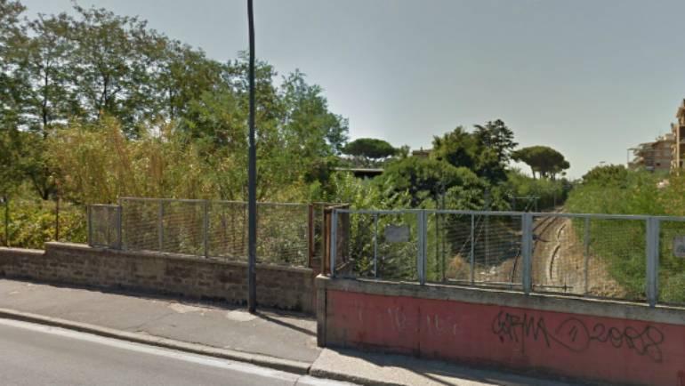 Minaccia di buttarsi giù dal ponte della ferrovia. 28enne salvato, e poi denunciato, dalla Polizia Locale