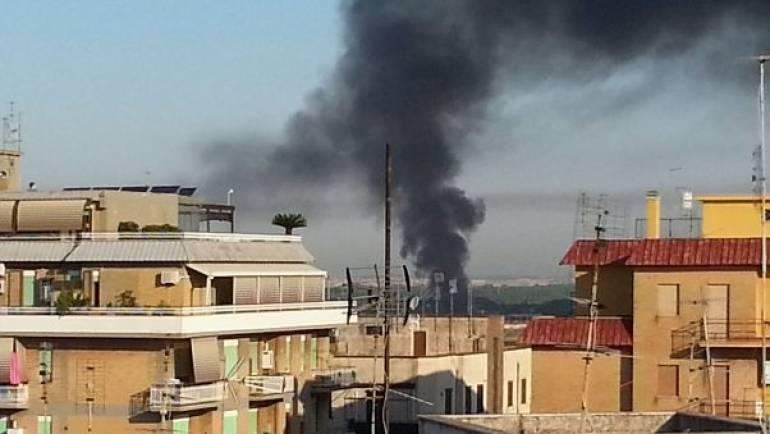 Incendio doloso al confinante campo nomadi La Barbuta.