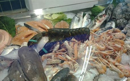 Gamberi in offerta senza indicazione di provenienza e conservazione. Sanzione di oltre 1.000 euro in un supermercato.