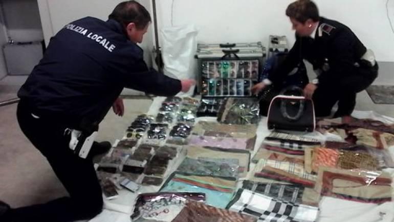 Ciampino, lotta all'abusivismo commerciale: la Polizia Locale sequestra 150 pezzi di merce in vendita al mercato settimanale.