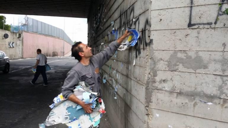 """Ciampino. Polizia Locale multa """"imbrattatori seriali"""" e rimuove manifesti e cartelloni abusivi"""