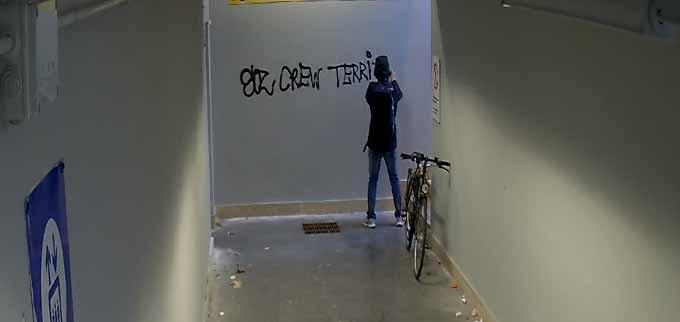 """La Polizia Locale ferma un writer mentre imbratta il sottopasso di Via Venezia. Il Sindaco: """"basta con gli atti di inciviltà"""""""
