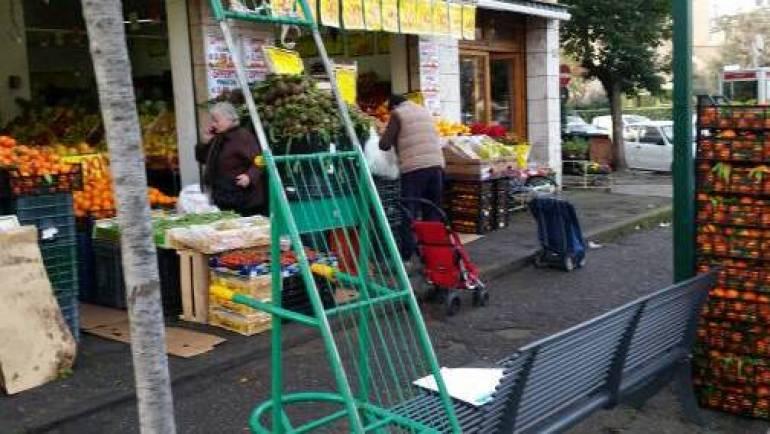 Sanzionate diverse frutterie per vendita merce su marciapiede, mancanza di tracciabilità e bilance irregolari.