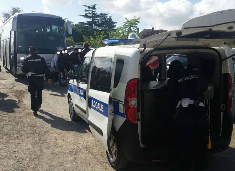 Ciampino. Altra gita scolastica annullata. La Polizia Locale ferma il bus con le gomme lisce.