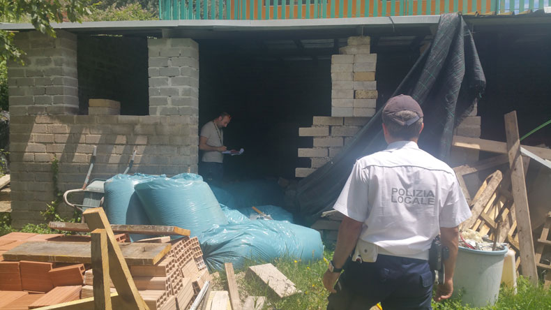 Ciampino. Interrotto abuso edilizio su area vincolata. Sequestrati 6 manufatti ed un deposito di rifiuti sull'argine del fosso.