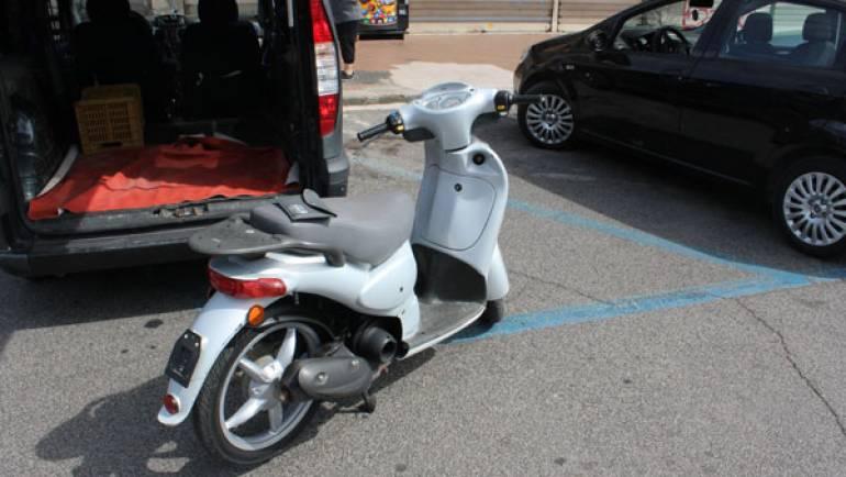 Ciampino. Rom tentano di vendere uno scooter senza targa e assicurazione ad uno studente straniero, che causa un incidente per provarlo.