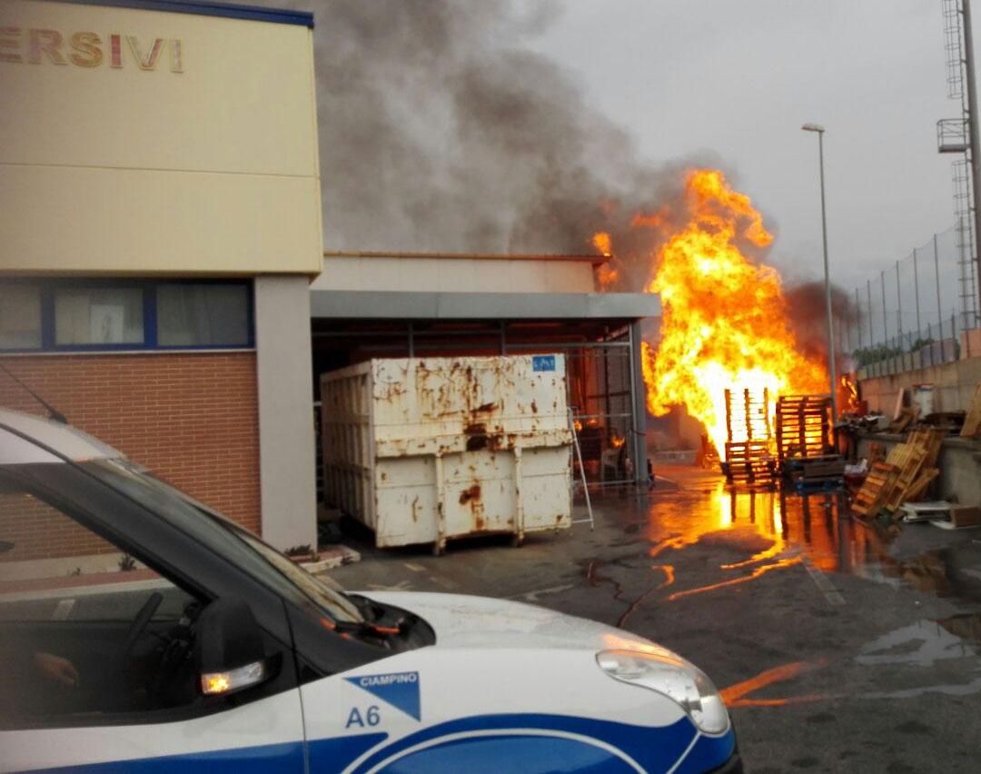 Ciampino. Va a fuoco il magazzino del Maury's. Attimi di paura per le vicine abitazioni