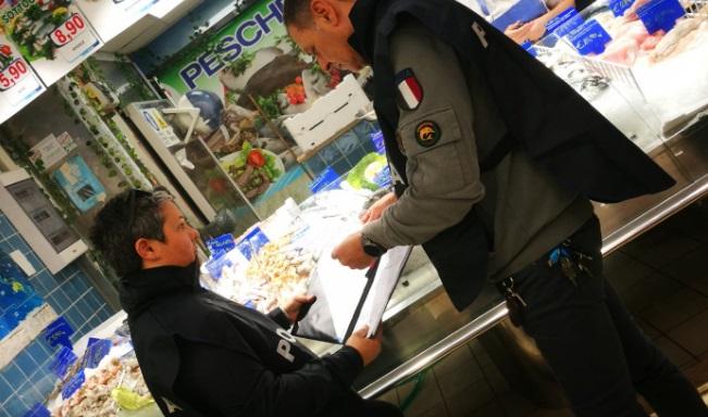 """Ciampino. Polizia Locale e Capitaneria di porto in azione contro i """"furbetti del pesce fresco"""". Denunciato il titolare di un ristorante e sanzionati due ristoranti per pubblicità ingannevole."""