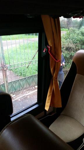 Gita scolastica parte in ritardo per consentire la sostituzione del bus con porta di emergenza non funzionante