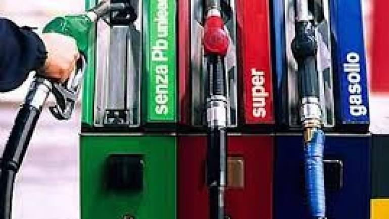 Prezzi benzina e tutela del consumatore: sanzionati tre distributori di carburante.