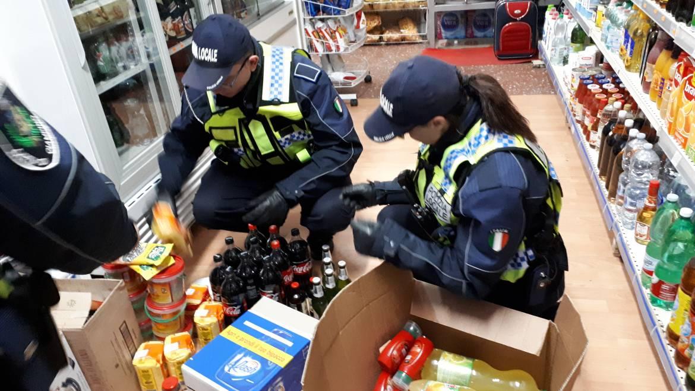 Minimarket nei pressi della stazione ferroviaria: sequestrata merce scaduta, priva di etichette e tracciabilità.