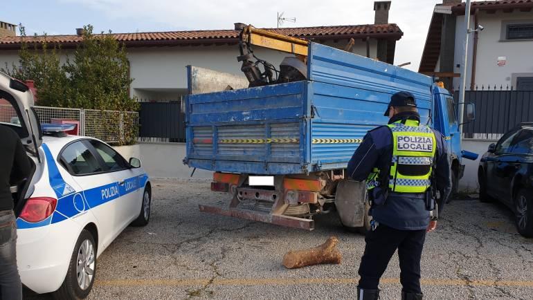 Camion rompe i freni e finisce contro un muro adiacente ad una scuola elementare.