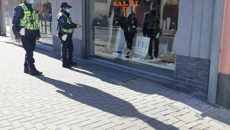 Polizia Locale in attività per il controllo dei saldi.